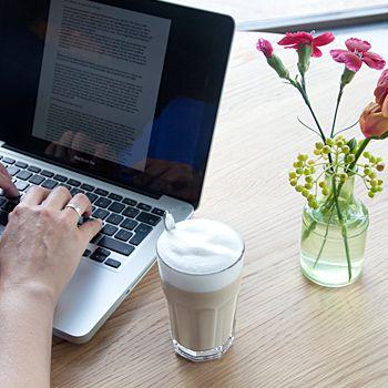 Freelance tekstschrijver Kim Nelissen aan het werk.